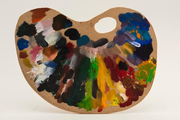 Paleta de artista colorida em um fundo cinza