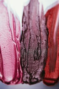 Paleta de batom. produtos cosméticos decorativos. traços com textura escura. fundo de arte.