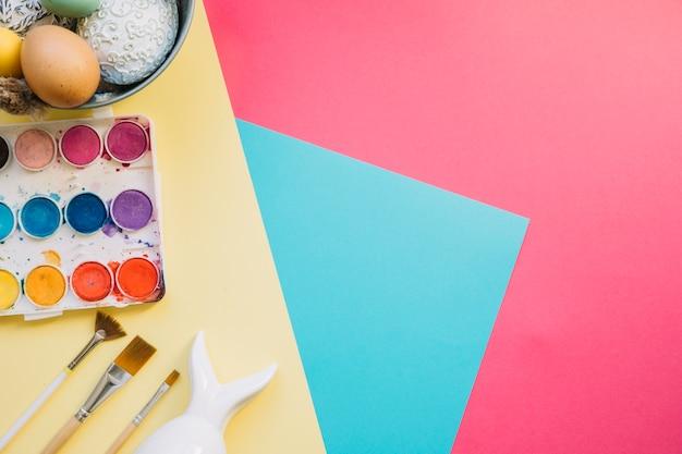 Paleta de cores com figurinhas e ovos