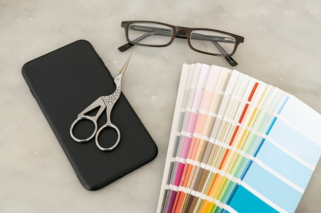 Paleta de cores com óculos em posição plana
