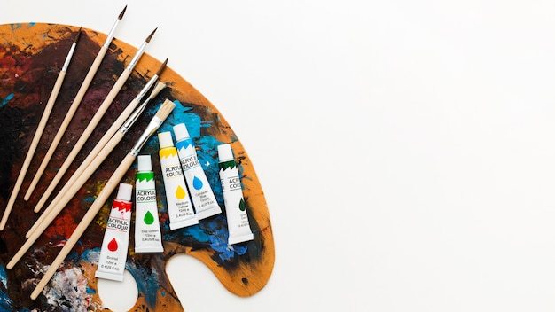 Paleta de cores com pincéis e tubos de aquarela