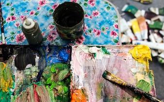 Paleta de cores desarrumado com escovas