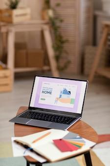 Paleta de cores e laptop com livro para reforma residencial