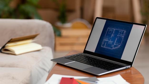 Paleta de cores e laptop para reforma residencial