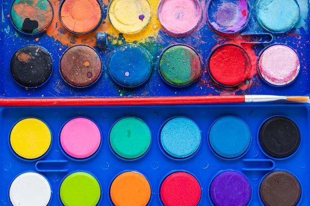 Paleta de cores em close-up em caixa azul