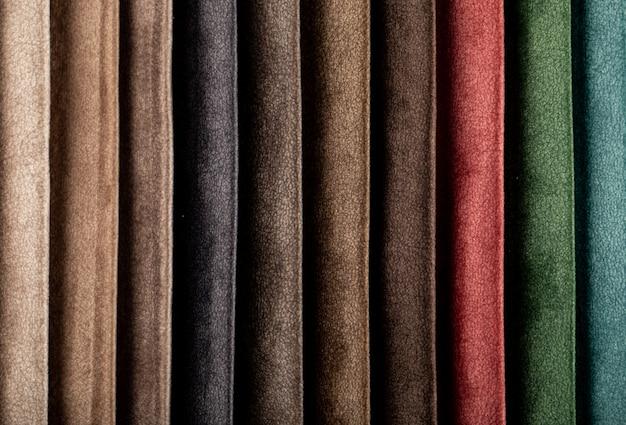 Paleta de cores marrom e azul, costurando tecidos de couro no catálogo