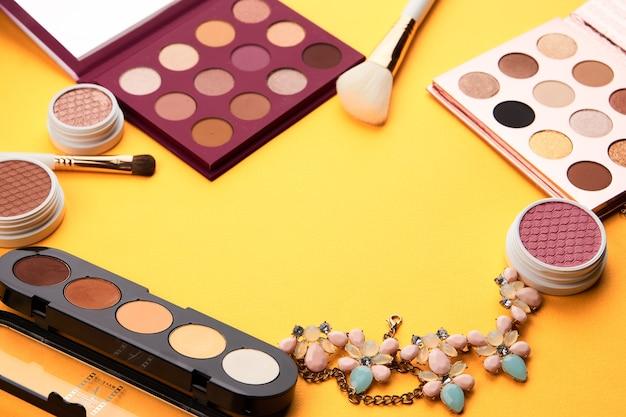 Paleta de cosméticos profissionais com aparência recortada de pincéis de maquiagem de sombra.