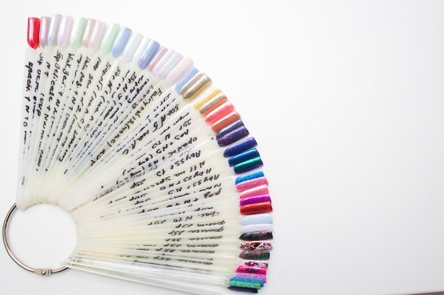 Paleta de esmaltes multicoloridos rosa para a escolha de nails do cliente. copyspace