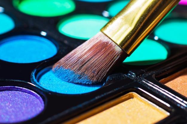 Paleta de maquiagem colorida com pincel de maquiagem, filtro de cor