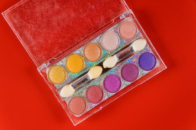 Paleta de maquiagem colorida, sombra para os olhos na caixa clara.