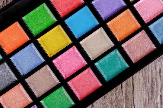Paleta de maquiagem colorida, sombra para os olhos na caixa.