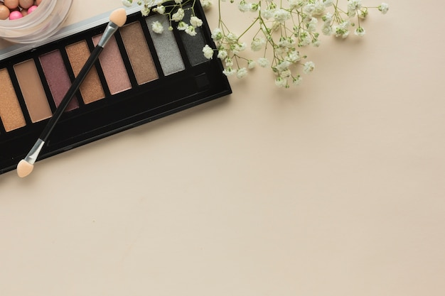 Paleta de maquiagem vista superior na mesa