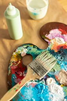 Paleta de pintura de alto ângulo com pincel