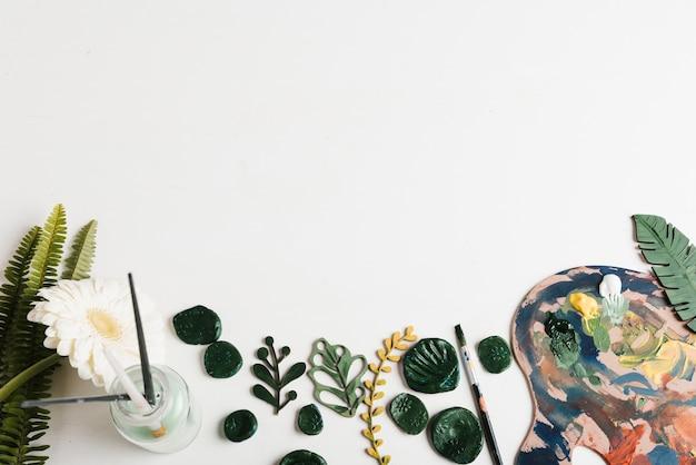 Paleta de pintura e pincéis com espaço de cópia