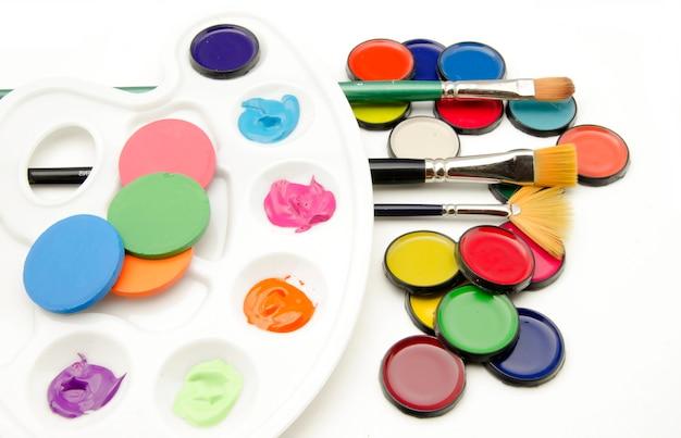 Paleta de pinturas e pincéis