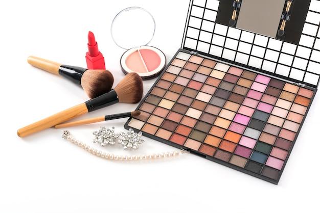 Paleta de sombras, blush compacto e batom para maquiagem isolado no fundo branco