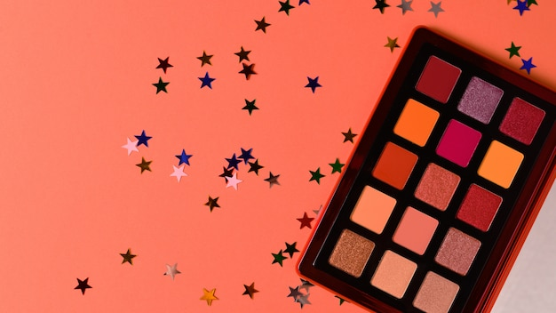 Paleta de sombras para os olhos em fundo laranja. copie o espaço.
