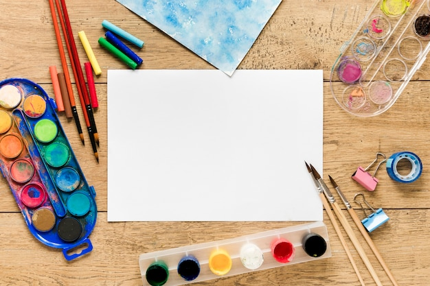 Paleta e pincel de artista da vista superior