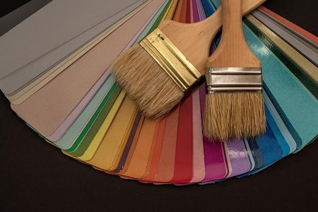 Paleta para colorir colorida com pincel para design em móveis