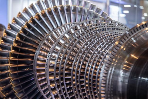 Paletas abertas e expostas de turbinas a vapor internas