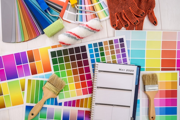 Paletas de cores com pincel e rolo close-up