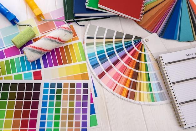 Paletas de cores com pincel e rolo
