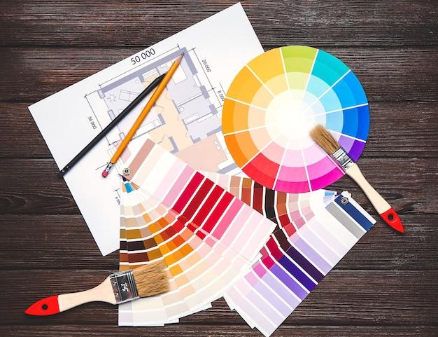 Paletas de cores com planta de construção e pincéis em madeira