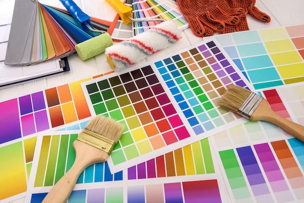 Paletas de cores com vista superior das ferramentas de pintura