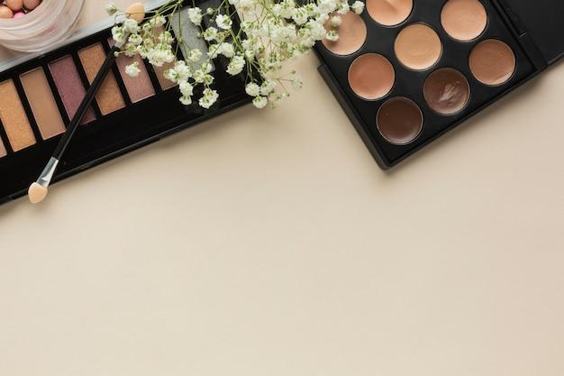 Paletas de maquiagem na mesa com pincel