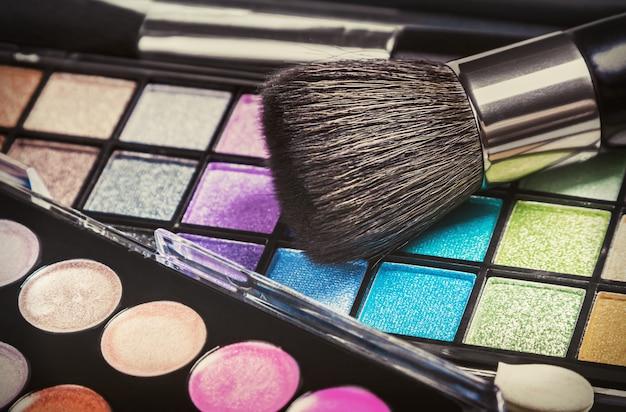 Paletas de sombras de maquiagem coloridas