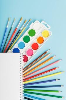 Palete de tintas com pincéis e marcadores