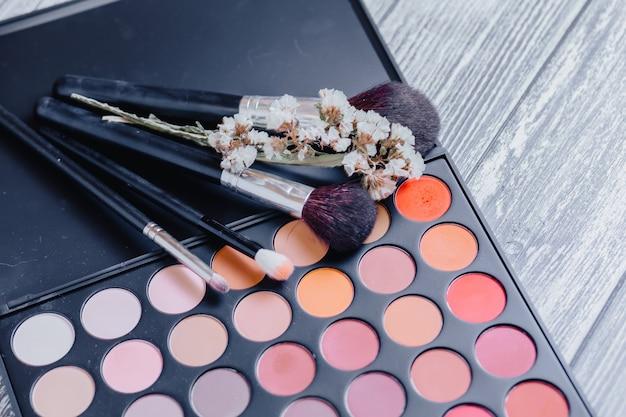 Palete profissional de sombra multicolorida.