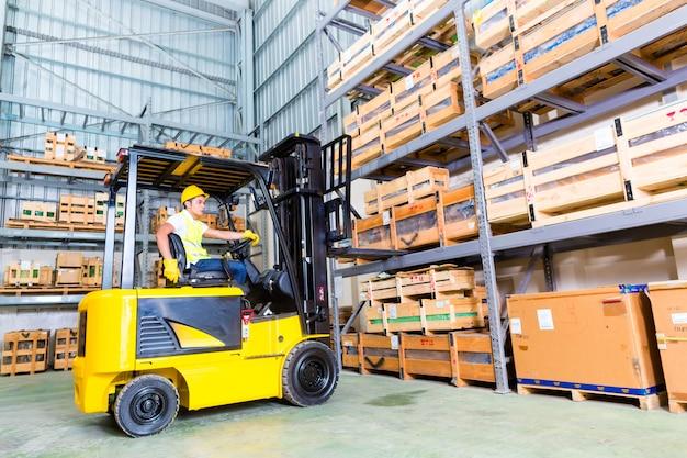 Paleteira de levantamento asiático do camionista da empilhadeira no armazenamento