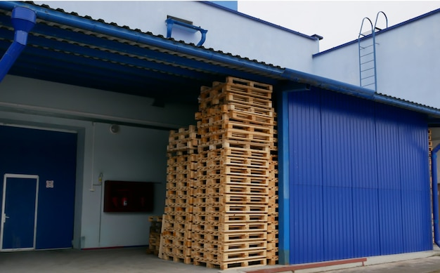 Paletes em uma pilha em um armazém de produção