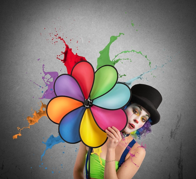 Palhaço com hélice de arco-íris
