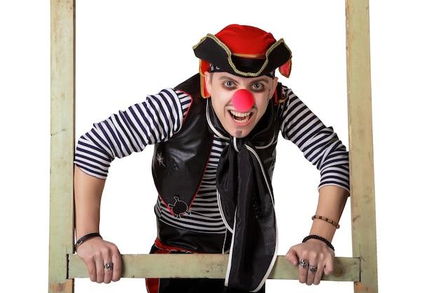 Palhaço em traje de pirata isolado em um fundo branco