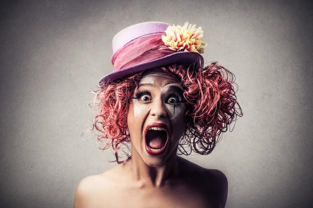 Palhaço feminino gritando