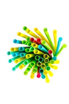 Palhas bebendo plásticas multicolor e coloridas no fundo branco. fundo multicolorido