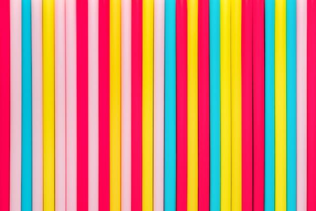 Palhas coloridas vívidas dispostas na vertical para o fundo