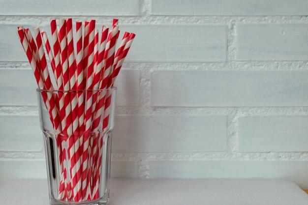 Palhas de papel biodegradáveis em preto e vermelho