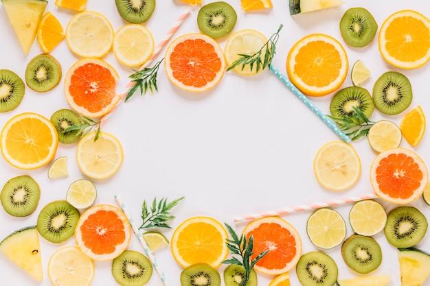 Palhas e folhas perto de frutas
