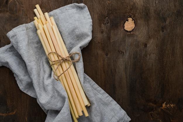 Palhas e pano orgânico de bambu amarrado