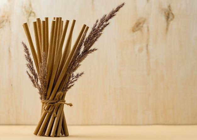 Palhas orgânicas de bambu amarrado e espaço de cópia lilás