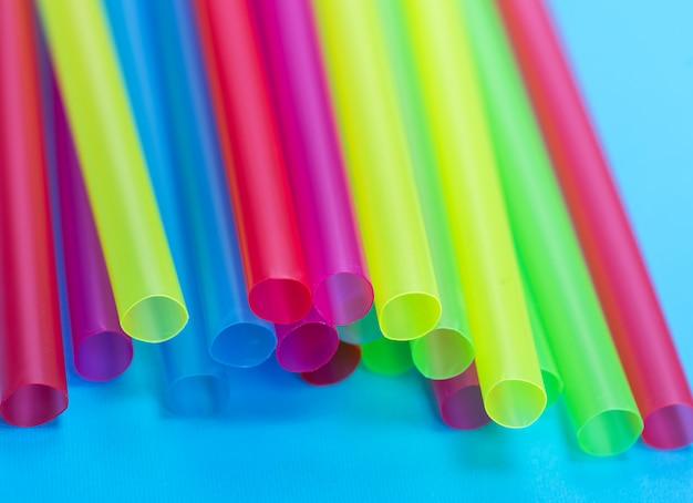 Palhas plásticas multicoloridas para coquetéis