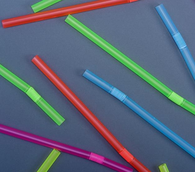 Palhas plásticas multicoloridas para coquetel
