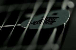 Palheta de guitarra e cordas