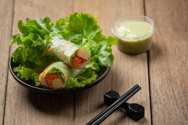 Palito de caranguejo imitação, rolinhos de salada de vegetais frescos