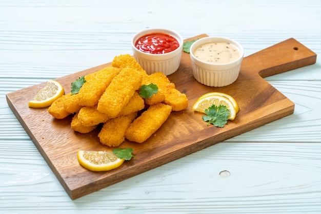 Palito de peixe frito com molhos