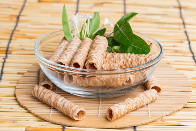 Palitos de bolacha crocantes, sobremesa tradicional na tailândia, são colocados na tigela transparente