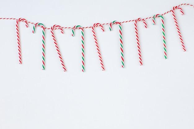 Palitos de doces de natal pendurados em cordas